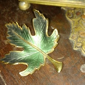 Jewelry - Vintage Maple leaf pin